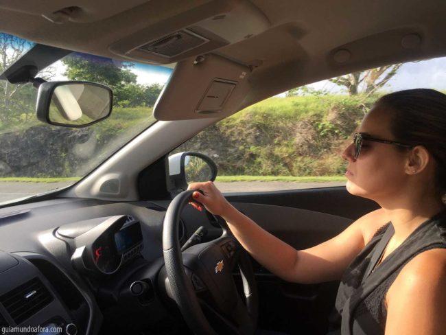 dirigindo-mao-inglesa-min-650x488 Vale a pena alugar carro em Barbados?