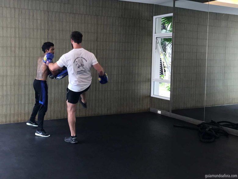 aula de muay thai em phuket com chuva