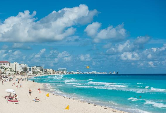Praia que é vista de um resort em Cancun