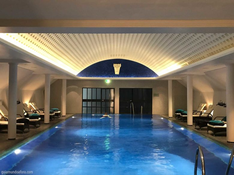 piscina-dresden-min-780x585 Dormindo em um palácio - o luxuoso hotel em Dresden Kempinski