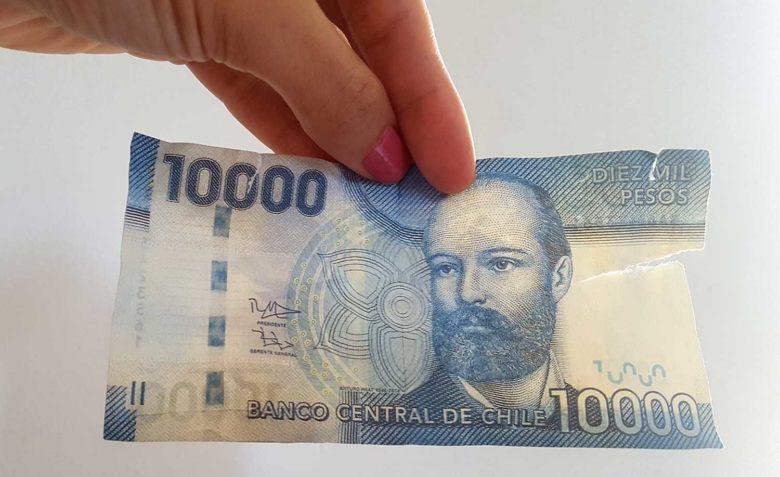 nota-falsa-peso-min-780x477 Moeda do Chile: onde trocar dinheiro em Santiago? Levo Real?